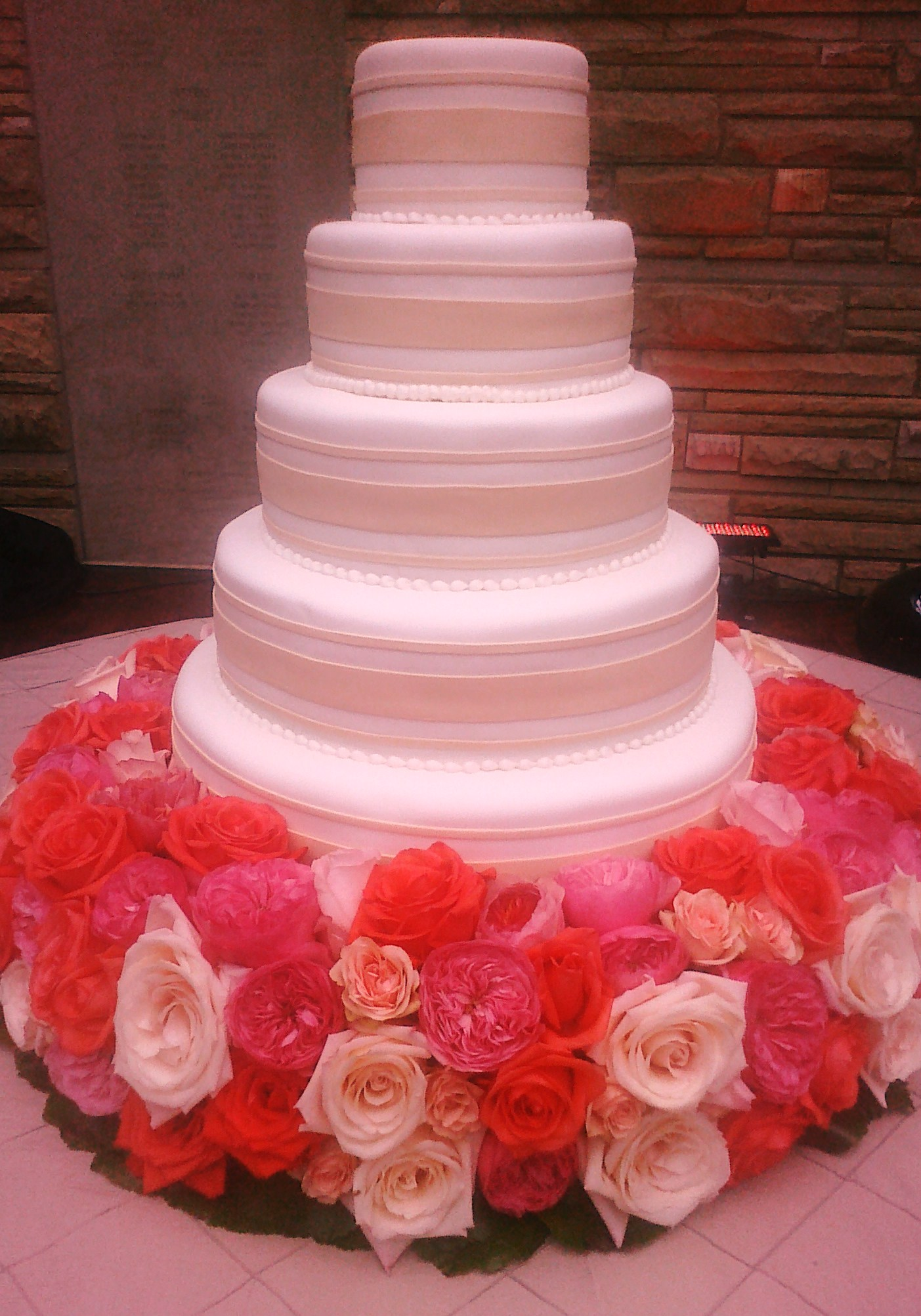 wedding cake presentation image of a beautiful cake impremedia net 23545